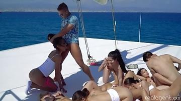 Pornósztárok zenés orgia partyja a tengeren